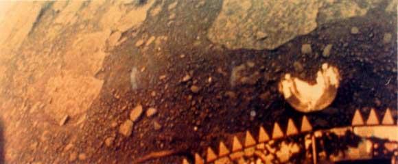 اولین تصویر رنگی که کاوشگر فضایی ونرا-13 از سطح زهره گرفته است. کاوشگر ونرا-13 تنها 127 دقیقه دوام آورد و به دلیل شرایط فوق خشن سطح زهره از پادرآمد.