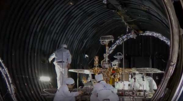 دانشمندان چینی در حال آمادهسازی مریخنورد برای آزمایش در تونل خلا