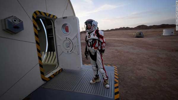 زنی ملبس به لباص فضایی در پایگاه مریخ 1 در صحرای گبی
