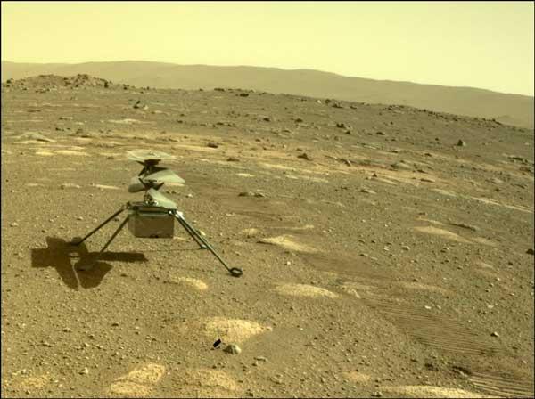 بالگرد نبوغ بر روی سطح مریخ از دید مریخنورد پشتکار